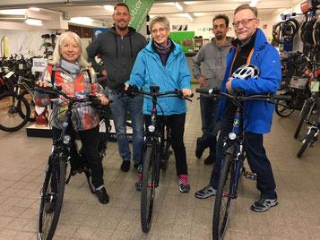 Glückliche Kunden in der e-motion e-Bike Welt Stuttgart