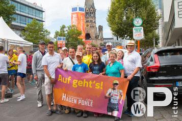Die Beeskower Fans mit Hagen nach dem Wettkampf. (Foto: privat)
