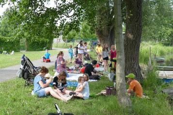 Gemütliches Zusammensein am Spreeufer (Foto: Beatrix Pohle)