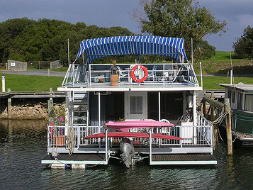 Houseboat - Michael Coghian  (CC BY 2.0)