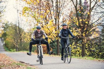 Senioren auf ihren e-Bikes