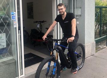 Matthias aus Wien auf einem e-Mountainbike vor dem Laden