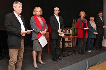 Sechs Vorleser tragen starke Worte von 'verbrannten Dichtern' vor.