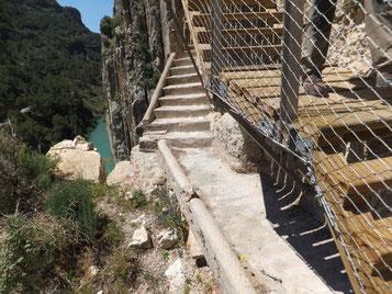 Treppen auf dem Caminito del Rey, alt und neu