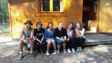Jako, Inka, Gwen, Anna, Somphors und Lina vor unser Hütte