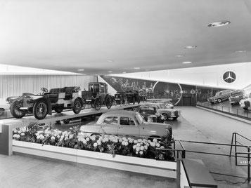 Pressekonferenz auf der IAA 1961, im Hintergrund historische Autos