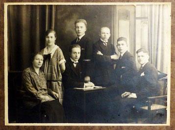 Anna Naumann mit ihren 6 Kindern;  Mitte stehend Georg, um 1922