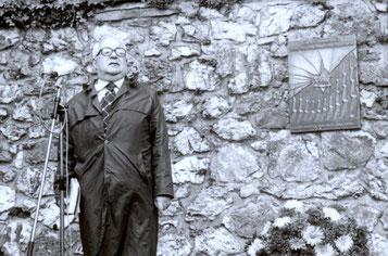 Gabriel Stern im Jahr 1982 auf dem jüdischen Friedhof in Attendorn