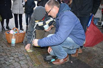 Reinigung von Stolpersteinen in Attendorn