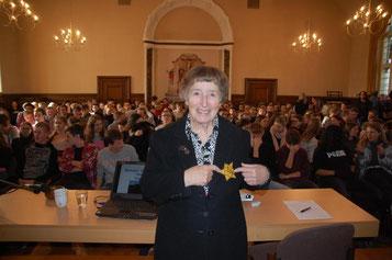 Michaela Vidláková vor vielen Schülern