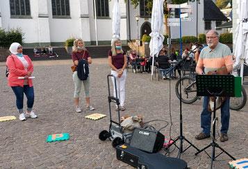 Vier Personen und ein Mikrofon