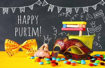 Purim-Gegenstände und der Schriftzug Happy Purim.