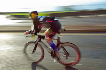 Triathlon - Sportler auf seinem Triathlonrad