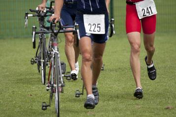Triathlon - Sportler mit ihren Rädern