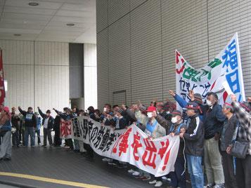 メーデーデモを闘いぬき、福岡市役所に「仕事よこせ」とせまる労働者