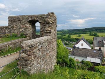 Burgruine Kronenburg mit sehenswertem Burgbering