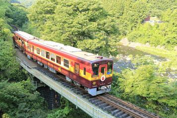 渡良瀬川沿いの鉄橋を渡る渡良瀬渓谷鉄道