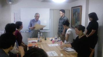 東洋易学学会会長に代わって木村星翔先生(東洋易学学会東京支部長)が寺瀬翔利先生に免許を授与。