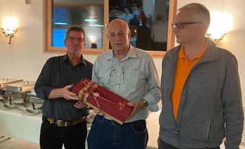 Anton Hochreuter und Walter Riner wurden für grosse Verdienste in der Musikkommission durch den Präsidenten Markus Amsler (v.l.n.r.) geehrt.