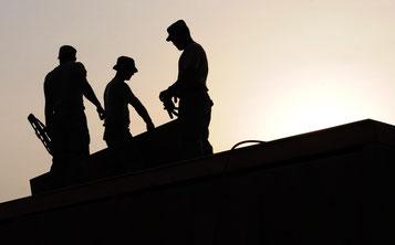 Arbeiter auf Dach in schwarz-weiß