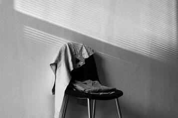 Stuhl mit Kleidung