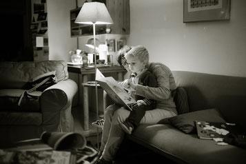 Elternteil liest seinem Kind vor