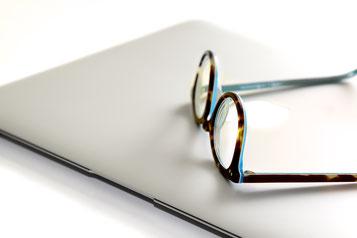 Laptop und Brille