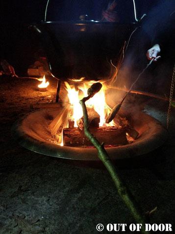 Lagerfeuer mit Stockbrot und Kesselsuppe