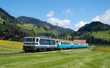 Die Montreux-Oberland-Bahn - hier mit einem Zug in Rougemont - fährt in der beruflichen Vorsorge einer neuen Lösung entgegen.