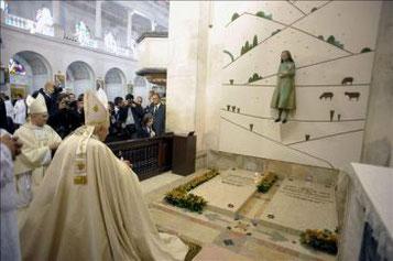 San Juan Pablo II ante los restos de los pastorcitos