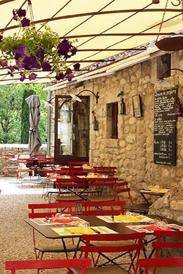 En Ardèche, les restaurants sont extrèmement nombreux surtout l'été, malheureusement la qualité n'est pas toujours au rendez-vous.