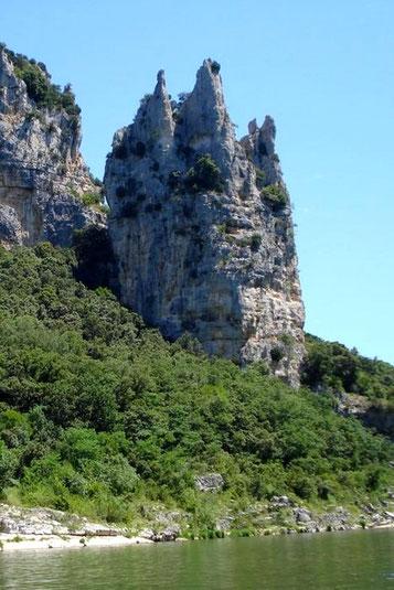 Le rocher de la Cathédrale est une formation rocheuse caractéristique en plein milieu de la Réserve Naturelle des Gorges de l'Ardèche.