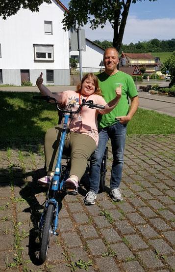 Glückliche Dreiradfahrerin