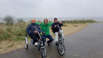 Zwei glückliche Easy Rider Fahrer an der Nordsee