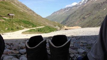 Wanderschuhe Pause Rast Braunschweiger Hütte Similaun Hütte Grenze Italien Osterreich Alpen E5 Berge Wandern
