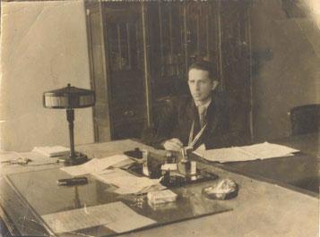 Б.В. Проскуряков в своем рабочем кабинете