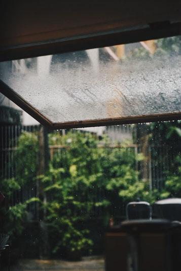 Regenwasser auf Fensterscheiben