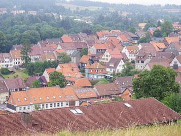 """Vom Glockenturm hat man einen guten Blick auf Sankt Andreasberg. Klein und unscheinbar liegt die """"Kleine Kapelle"""" im Herzen der Harzstadt"""
