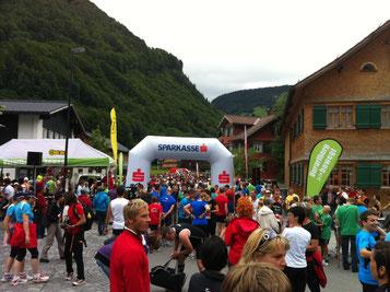Die Läufer bei Start in Mellau. Foto: Edelbert Strolz