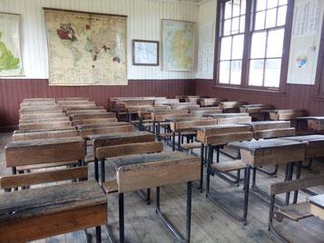 Alte Schule mit Holzbänken im Highland Folk Museum