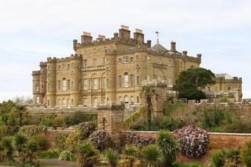 Mächtiges Culzean Castle mit ummauerten Gärten im Vordergrund