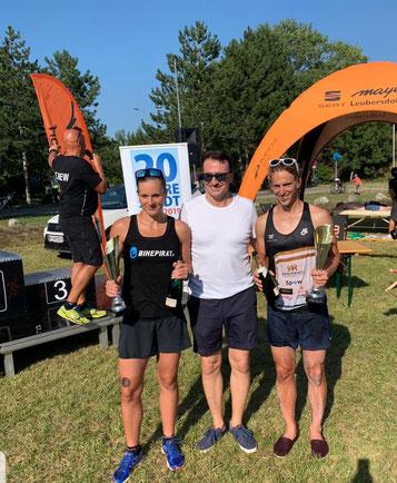 Bürgermeister Alexander Vojta (Mitte) gratuliert den Siegern Tanja Stroschneider und Sebastian Cerny (Foto zVg)