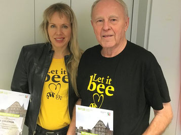 """Frei nach den Beatles: """"Let it Bee"""". Mélanie Scheuermann und Klaus Lindner kämpfen gegen das Insektensterben.  Foto: Achim Gieseke"""