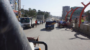 Addis Abeba - Stadtverkehr - schaut euch mal den Sarg an! ;-)