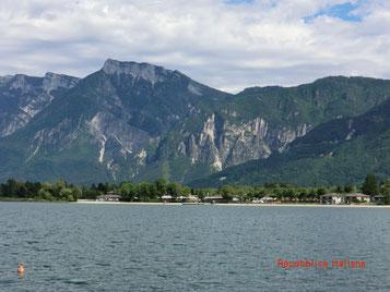 Blick über den See auf den Campingplatz