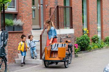 Eine Familie vor dem Ausflug mit dem Babboe Lastenfahrrad
