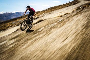 e-Biker fährt bergab