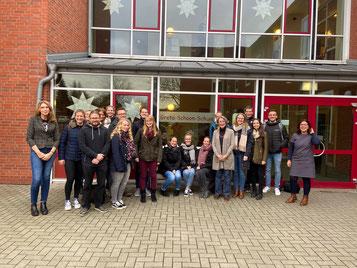Die Hospitationsgruppe aus dem Studienseminar Leer um Frauke Thees (6. v. r.) dankte der Schule für die Einblicke. Foto: privat