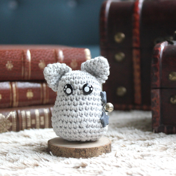 personnage totem fantastique, chat gris étoilé avec une grelot magique, fait à la main au crochet