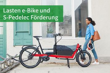 Frau geht auf ihr Lasten e-Bike von Riese & Müller zu